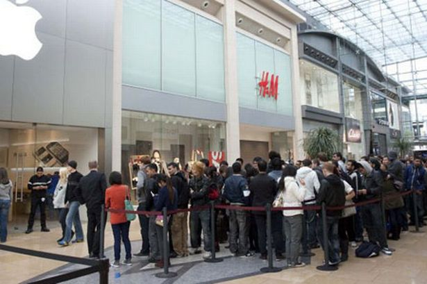 queues-for-the-new-iphone-4s-at-birmingham-bullring-apple-store-98353445